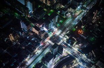 Cruce de calles durante la noche.