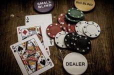Cartas y fichas de póker.