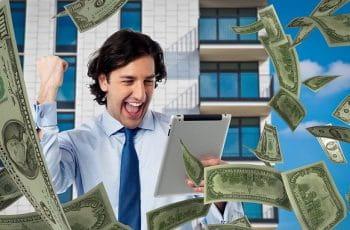 Un hombre celebra ganancias en frente de una tablet.