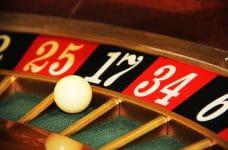 Bola en la casilla 17 del cilindro de una ruleta de casino.