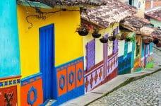 Pintoresca calle en Bogotá, Colombia.