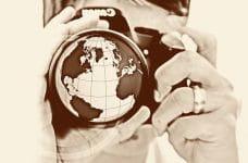 Cámara fotográfica con el continente americano dibujado en el objetivo.