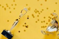 Trofeos con confeti de oro.
