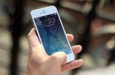 Una mano sosteniendo un teléfono móvil.
