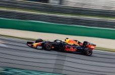 Coche de carreras de la escudería Red Bull en un circuito.