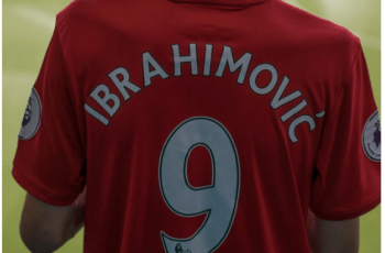 Camiseta con el nombre Ibrahimovic estampado y el número 9 a la espalda.