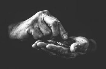 Monedas en la palma de una mano.
