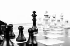 Partida de ajedrez con los dos reyes en el centro del tablero.