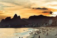 Anochecer en una playa de Río de Janeiro, Brasil.