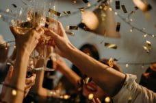 Grupo celebrando con vino.