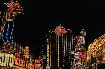 Diversos anuncios iluminados de casinos en la noche de Las Vegas.