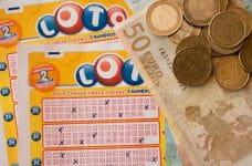 Billetes de lotería y euros.