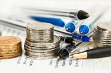 Bolígrafos, monedas e informes.