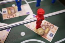 Futbolín con billetes de cincuenta euros.