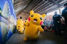 Varios muñecos de Pikachu durante un encuentro deportivo.