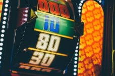 Números en el carrete de una ruleta de la fortuna.