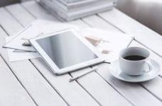Mesa con tablet y café.